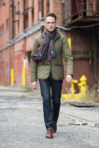 Как и с чем носить: оливковая стеганая полевая куртка, темно-синие джинсы, коричневые кожаные туфли дерби, темно-красный шарф с принтом