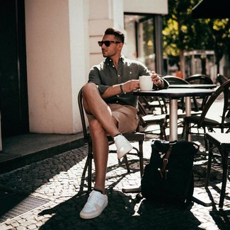 Как и с чем носить: оливковая льняная рубашка с длинным рукавом, светло-коричневые шорты, белые кожаные низкие кеды, черный рюкзак из плотной ткани