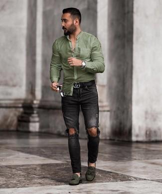 Как и с чем носить: оливковая рубашка с длинным рукавом, черные рваные зауженные джинсы, темно-зеленые замшевые лоферы с кисточками, черный кожаный ремень