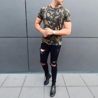 Как и с чем носить: оливковая футболка с круглым вырезом с камуфляжным принтом, черные рваные зауженные джинсы, черные кожаные ботинки челси, серебряные часы