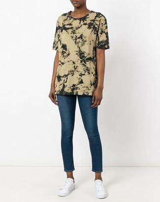 Как и с чем носить: оливковая футболка с круглым вырезом c принтом тай-дай, синие джинсы скинни, белые низкие кеды