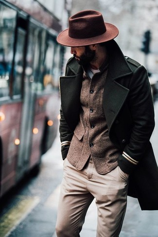 Как и с чем носить: оливковое длинное пальто, коричневый шерстяной пиджак, светло-коричневые брюки чинос, коричневая шерстяная шляпа