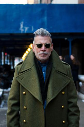 Как Nick Wooster носит Оливковое длинное пальто, Черный пиджак, Темно-синяя рубашка с длинным рукавом
