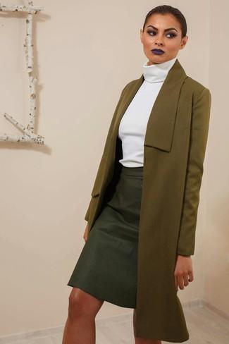 Как и с чем носить: оливковое пальто, белая водолазка, черная кожаная юбка-карандаш