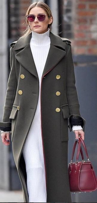 Как и с чем носить: оливковое пальто, белое платье-свитер, темно-красная кожаная большая сумка, темно-красные солнцезащитные очки