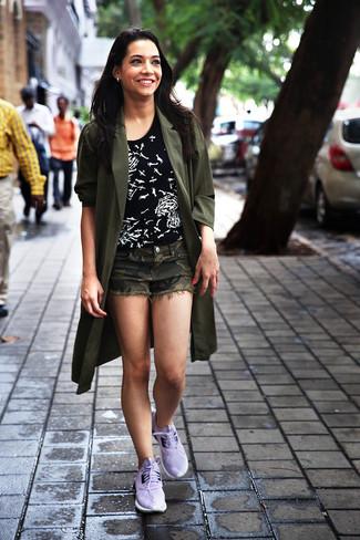 Как и с чем носить: оливковое пальто дастер, черно-белая футболка с круглым вырезом с принтом, оливковые шорты с камуфляжным принтом, светло-фиолетовые кроссовки