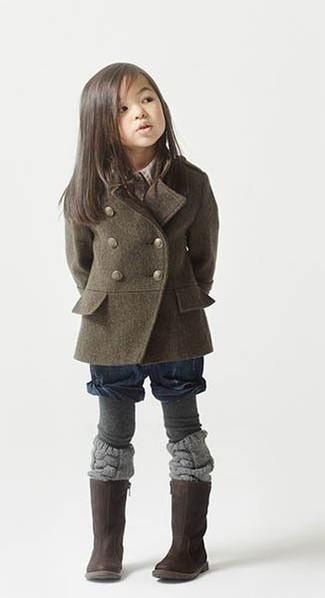 Как и с чем носить: оливковое пальто, темно-синие шорты, темно-коричневые ботинки, серые колготки
