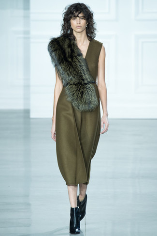 Модный лук: Оливковое платье-миди, Черные кожаные ботильоны, Темно-зеленый меховой шарф