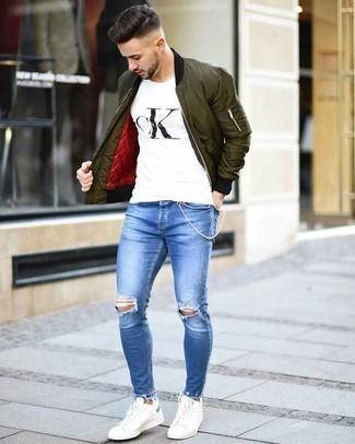 Бело-черная футболка с круглым вырезом с принтом: с чем носить и как сочетать мужчине: Бело-черная футболка с круглым вырезом с принтом и синие рваные джинсы позволят создать простой и функциональный лук для выходного дня в парке или вечера в пабе с друзьями. Не прочь сделать образ немного элегантнее? Тогда в качестве обуви к этому образу, стоит выбрать белые кожаные низкие кеды.