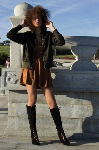 Как и с чем носить: оливковый бомбер, коричневое платье-футляр с вырезом, черные замшевые сапоги