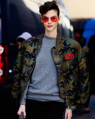 Как и с чем носить: оливковый бомбер с камуфляжным принтом, серый свитер с круглым вырезом, оранжевые солнцезащитные очки