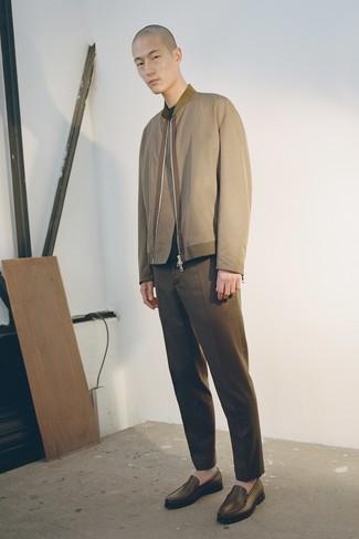 Как и с чем носить: оливковый бомбер, темно-зеленый свитер с круглым вырезом, коричневые брюки чинос, коричневые кожаные лоферы