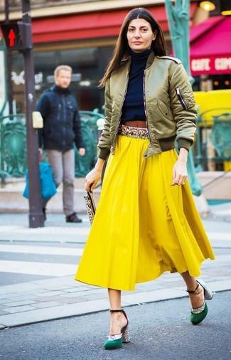 Как и с чем носить: оливковый бомбер, темно-синяя водолазка, желтая юбка-миди со складками, зеленые сатиновые туфли