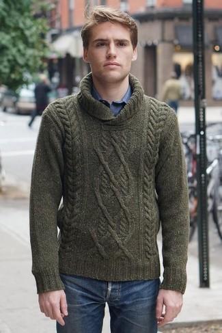 Как и с чем носить: оливковый вязаный свитер с отложным воротником, синяя рубашка с длинным рукавом, синие джинсы