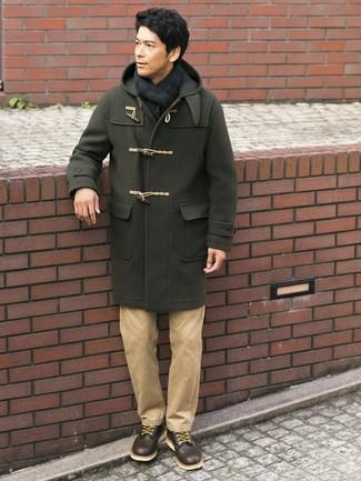 Как и с чем носить: оливковый дафлкот, светло-коричневые брюки чинос, темно-коричневые кожаные повседневные ботинки, темно-сине-зеленый шарф в шотландскую клетку