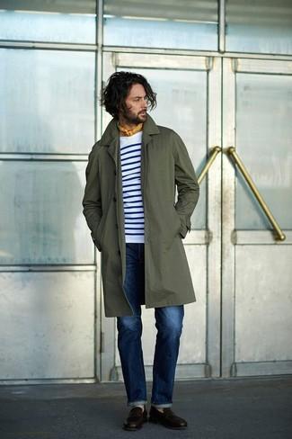 Как и с чем носить: оливковый дождевик, бело-темно-синяя футболка с длинным рукавом в горизонтальную полоску, синие джинсы, темно-коричневые кожаные лоферы