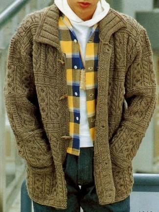 Как и с чем носить: оливковый кардиган с деревянными пуговицами, белый худи, желтая фланелевая рубашка с длинным рукавом в шотландскую клетку, темно-синие джинсы