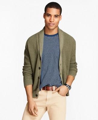 Как и с чем носить: оливковый кардиган с отложным воротником, бело-темно-синяя футболка с круглым вырезом, бежевые брюки чинос, коричневый кожаный ремень