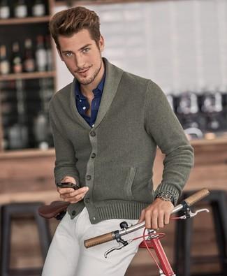 Как и с чем носить: оливковый кардиган с отложным воротником, темно-синяя рубашка с длинным рукавом, бежевые брюки чинос