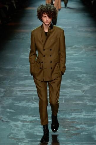 Модный лук: оливковый костюм, черный свитер с круглым вырезом, черные кожаные классические ботинки