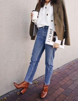 Как и с чем носить: оливковый шерстяной пиджак, белая блуза на пуговицах, синие джинсы, табачные кожаные ботильоны