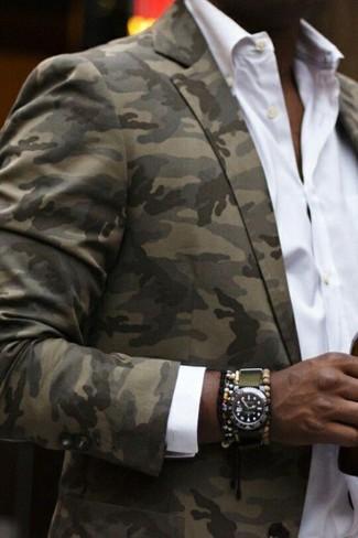 Модный лук: оливковый пиджак с камуфляжным принтом, белая классическая рубашка, оливковые часы, разноцветный браслет