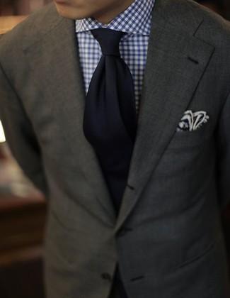Как и с чем носить: оливковый пиджак, бело-темно-синяя классическая рубашка в мелкую клетку, черный галстук, темно-синий нагрудный платок