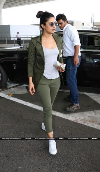Как и с чем носить: оливковый пиджак, серая майка, оливковые джинсы скинни, белые низкие кеды