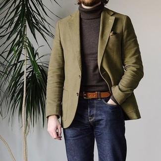Как и с чем носить: оливковый пиджак, темно-коричневая водолазка, темно-синие джинсы, коричневый кожаный ремень