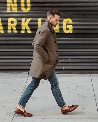 Как и с чем носить: оливковый плащ, синие джинсы, коричневые кожаные лоферы с кисточками