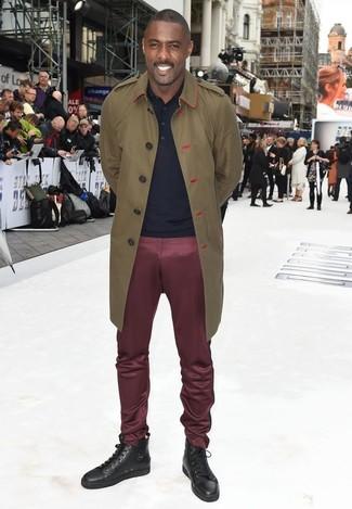 Как Idris Elba носит Оливковый плащ, Темно-синяя футболка-поло, Темно-красные брюки чинос, Темно-коричневые кожаные высокие кеды