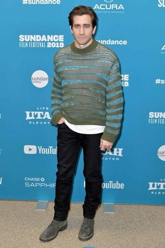 Как и с чем носить: оливковый свитер с круглым вырезом в горизонтальную полоску, белая футболка с круглым вырезом, черные брюки чинос, оливковые замшевые туфли дерби