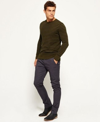 Как и с чем носить: оливковый свитер с круглым вырезом в горизонтальную полоску, темно-синие брюки чинос, черные кожаные ботинки челси