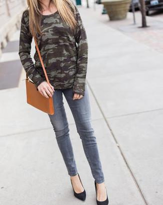 Как и с чем носить: оливковый свитер с круглым вырезом с камуфляжным принтом, серые джинсы, черные замшевые туфли, светло-коричневая кожаная сумка через плечо