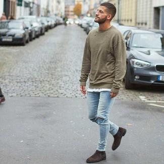 Как и с чем носить: оливковый свитшот, белая футболка с круглым вырезом, голубые рваные зауженные джинсы, темно-коричневые замшевые ботинки челси