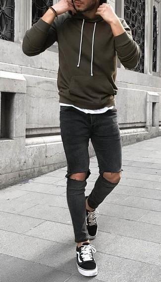 Как и с чем носить: оливковый худи, белая футболка с круглым вырезом, темно-серые рваные зауженные джинсы, черно-белые низкие кеды из плотной ткани