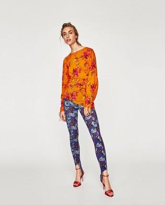 Как и с чем носить: оранжевая блузка с длинным рукавом с цветочным принтом, синие леггинсы с цветочным принтом, красные кожаные босоножки на каблуке