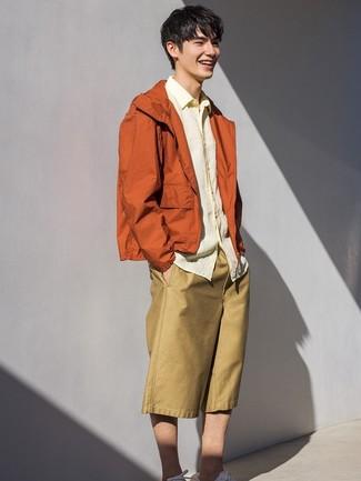 Как и с чем носить: оранжевая ветровка, желтая льняная рубашка с длинным рукавом, светло-коричневые шорты, белые низкие кеды