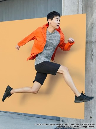 Как и с чем носить: оранжевая ветровка, серая футболка с круглым вырезом, черные шорты, черные кроссовки