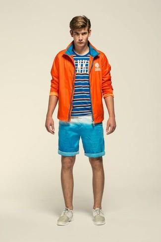 Как и с чем носить: оранжевая ветровка, синяя футболка с круглым вырезом в горизонтальную полоску, бирюзовые шорты, бежевые кроссовки