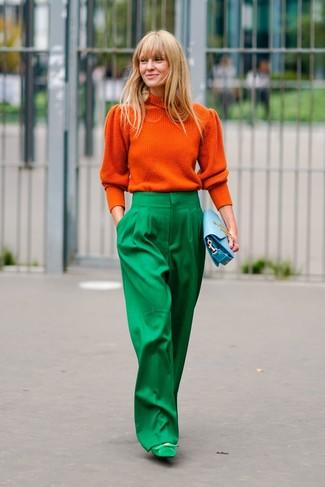 Как и с чем носить: оранжевая водолазка, зеленые широкие брюки, зеленые замшевые туфли, голубой кожаный клатч