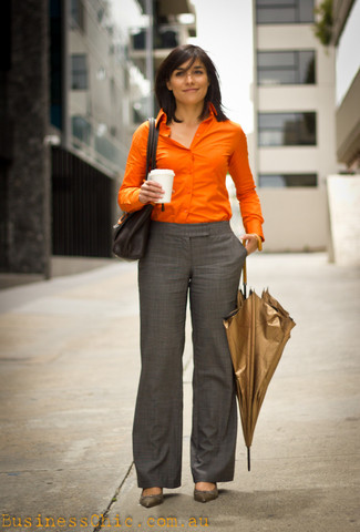 Как и с чем носить: оранжевая классическая рубашка, серые классические брюки в шотландскую клетку, серые кожаные туфли, черная кожаная сумка-саквояж