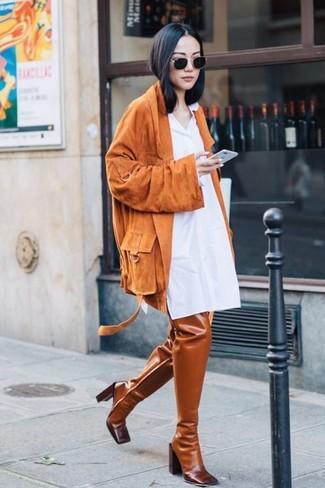 Как и с чем носить: оранжевая замшевая косуха, белое платье-рубашка, табачные кожаные ботфорты, черные солнцезащитные очки