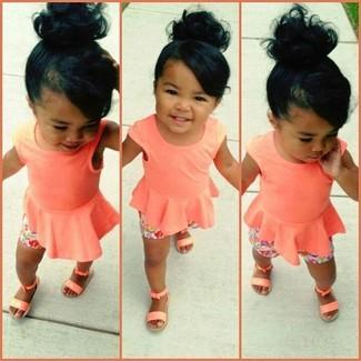Как и с чем носить: оранжевая майка, розовые шорты, оранжевые босоножки