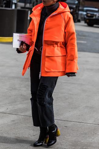 Как и с чем носить: оранжевая парка, черная водолазка, черные рваные джинсы-бойфренды, черные кожаные ботильоны