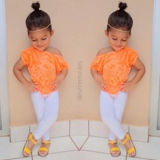 Как и с чем носить: оранжевая футболка, белые леггинсы, желтые босоножки