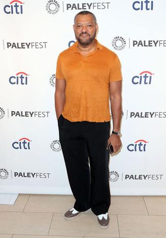 Как и с чем носить: оранжевая футболка-поло, черные брюки чинос, коричневые кожаные броги, черные кожаные часы