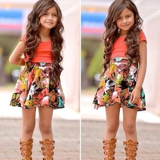 Как и с чем носить: оранжевая футболка, разноцветная юбка, светло-коричневые босоножки