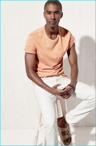Как и с чем носить: оранжевая футболка с круглым вырезом, белые джинсы, бежевые замшевые сандалии, темно-синий браслет