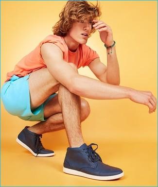 Как и с чем носить: оранжевая футболка с круглым вырезом, бирюзовые шорты, темно-синие высокие кеды